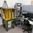 Spektrometr gamma Posiadany spektrometr gamma został zbudowany we współpracy z firmą Detector Systems GmbH z Niemiec. Jest on oparty o duży (45 % wydajności względnej) kryształ germanowy wysokiej czystości (HPGe)...